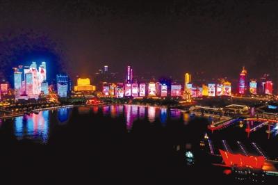 在五四广场,奥帆中心环顾四周,能看到多彩的灯光在楼宇间